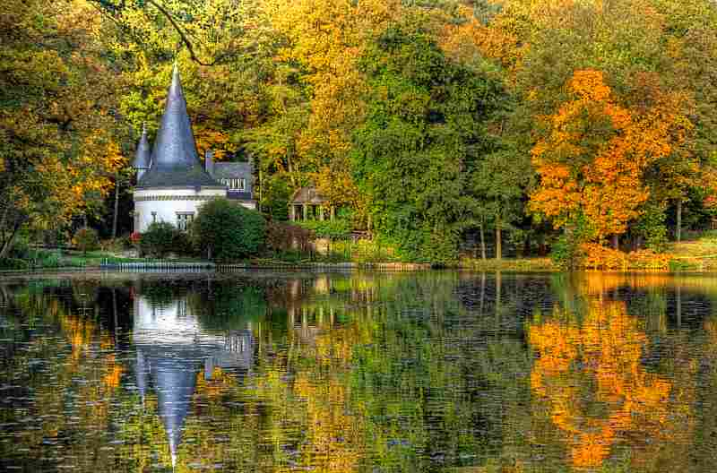 fall-scene-lake-house