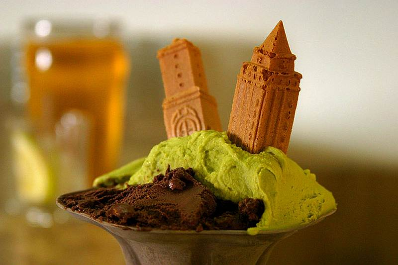 1-pistachio-and-chocolate-gelato-with-building-wafer